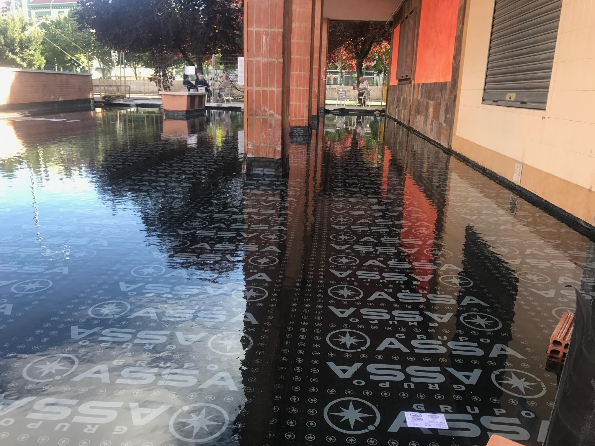 Siguen las pruebas de agua en la plaza.
